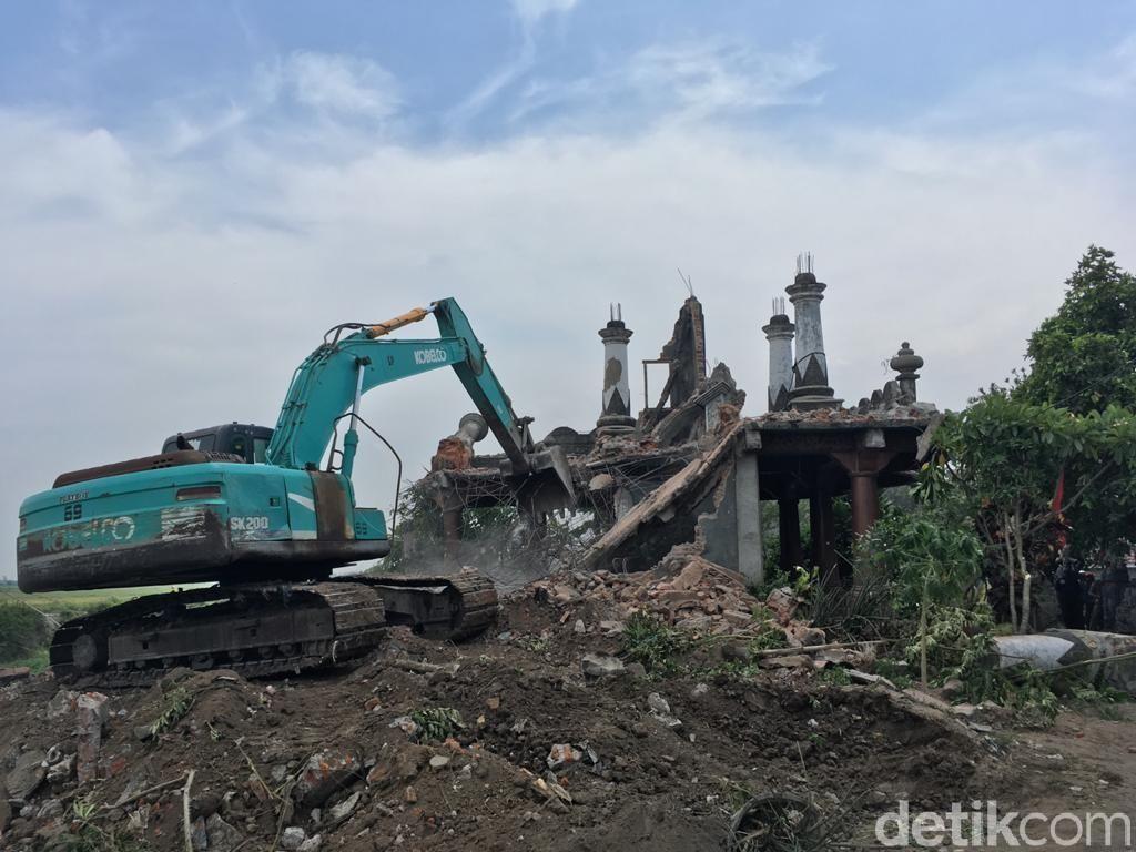 Eksekusi Tempat Ngaji di Mojokerto Diwarnai Aksi Percobaan Bunuh Diri