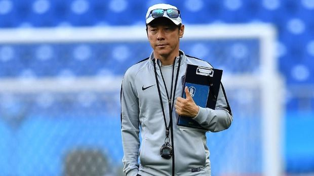 South Korea's coach Shin Tae-yong oversees a training session at the Rostov Arena on June 22, 2018, the eve of the Russia 2018 World Cup Group F football match between South Korea and Mexico in Rostov-On-Don. (Photo by JOE KLAMAR / AFP)