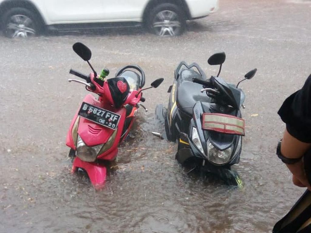 Potret Motor-motor Tenggelam Saat Banjir di Depan Plaza Senayan
