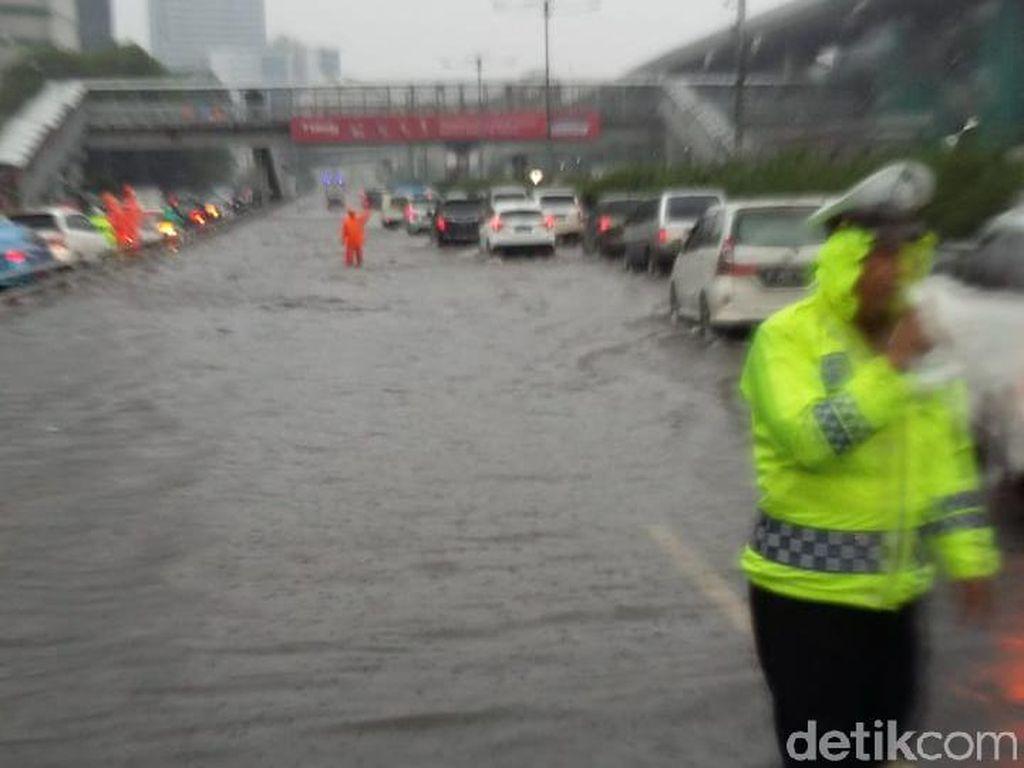 Tol Dalam Kota Banjir, Kendaraan ke Cawang Hanya Bisa Pakai 1 Lajur