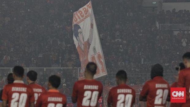 Laga Persija Jakarta vs Persebaya Surabaya dalam Liga 1 di Stadion Utama Gelora Bung Karno (SUGBK), Senayan, Jakarta, Selasa (17/12), jadi pertandingan kandang terakhir bagi Bambang Pamungkas bersama tim Macan Kemayoran. CNN Indonesia/Adhi Wicaksono
