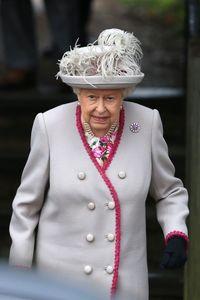 Berbeda dari tahun sebelumnya, Ratu Elizabeth II menentukan pakaian berwarna kalem untuk Natal 2018.