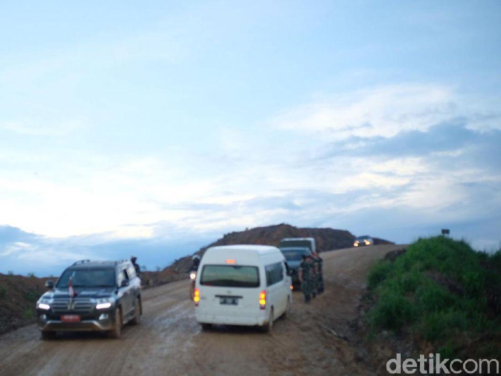 Yang Bikin Mobil Menteri Selip di Jalan Calon Ibu Kota Baru