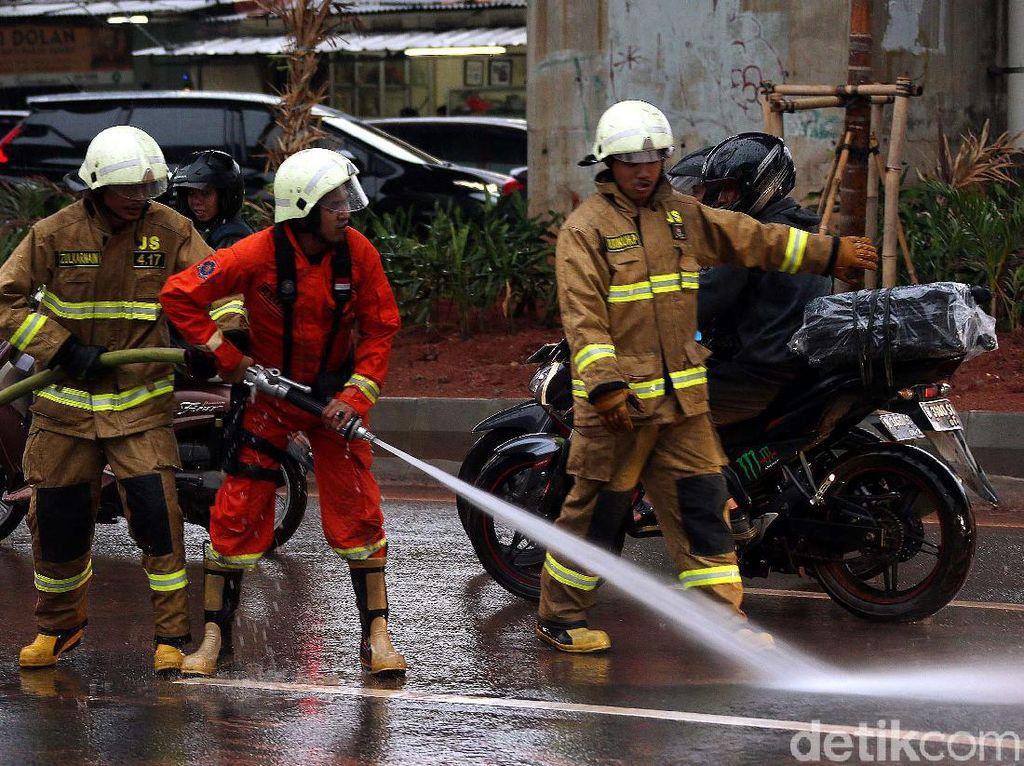 Aksi Damkar Bersihkan Lumpur Sisa Banjir di Kuningan