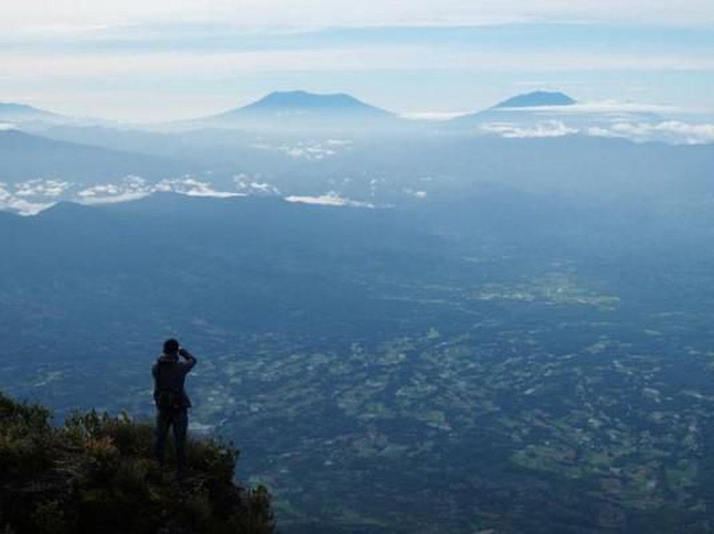 Mendaki Atap Sumatra Barat, Medannya Gunung Talamau Bikin Kapok