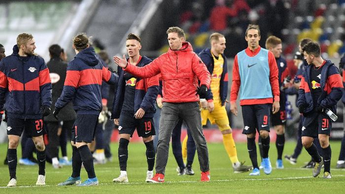 Leipzigs manager Julian Nagelsmann, center, shakes hands with his players after winning the German Bundesliga soccer match between Fortuna Duesseldorf and RB Leipzig in Duesseldorf, Germany, Saturday, Dec. 14, 2019. Fortuna was defeated by Leipzig with 0-3. (AP Photo/Martin Meissner)