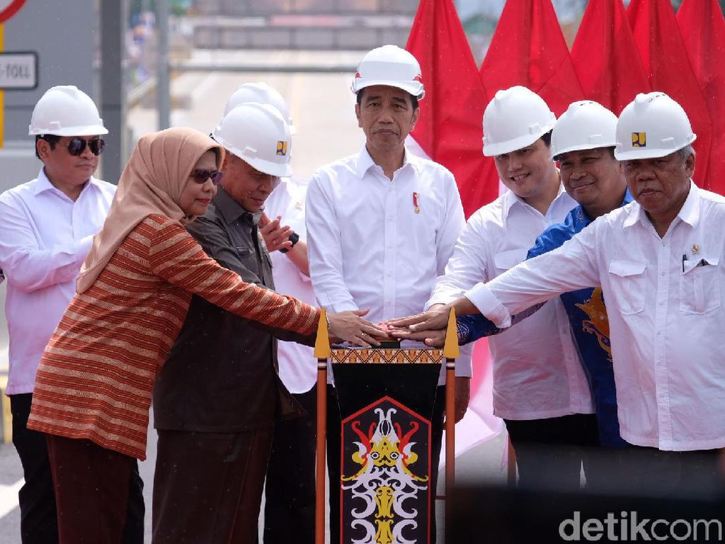 Hujan Gerimis, Jokowi Resmikan Tol Akses Ibu Kota Negara Baru di Kaltim