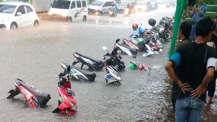 Foto: Motor tenggelam akibat banjir di Jalan Asia Afrika (dok.Istimewa)