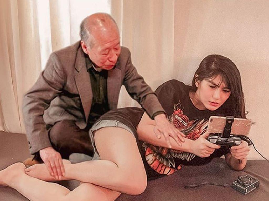 Angela Lee Dipegang Kakek Sugiono, Apa Maunya?