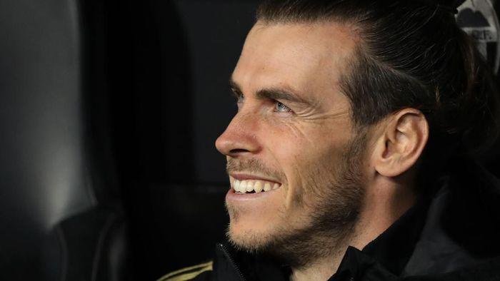 Gareth Bale melakukan botol flip untuk mengusir kebosanan di bangku cadangan (Foto: Photo by Angel Martinez/Getty Images)