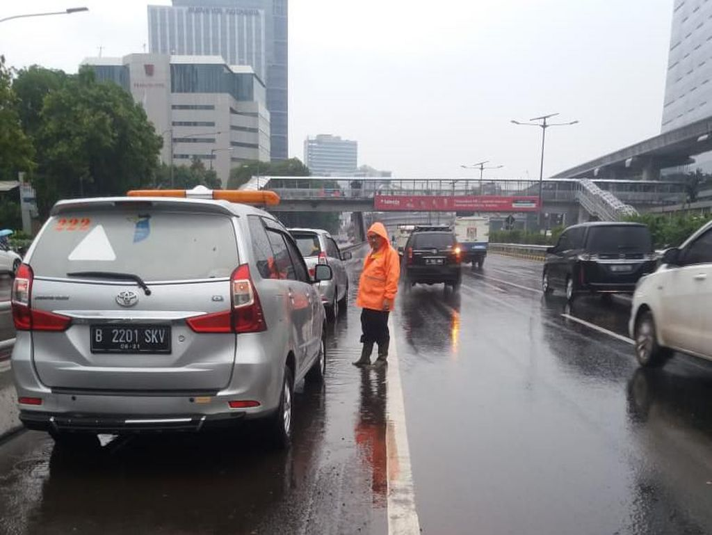 Banjir di Tol Dalam Kota Sudah Surut, Lalin ke Cawang Kembali Normal