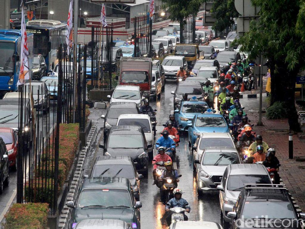 Usai Hujan Deras Sore Tadi, Jakarta Dikepung Macet