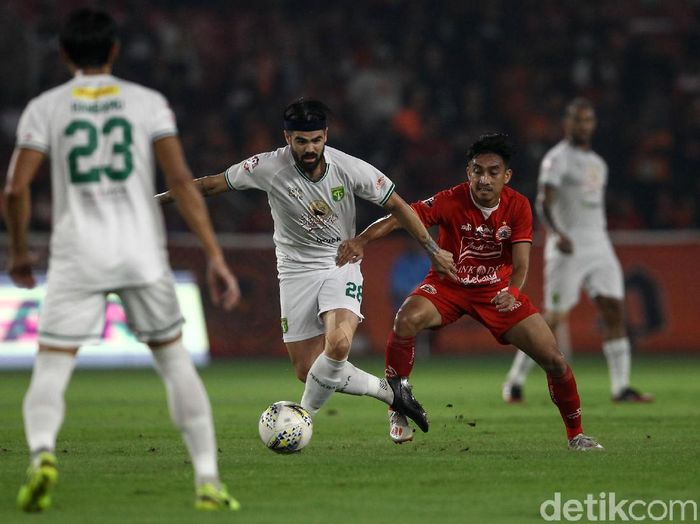 Persija Jakarta menutup laga kandang terakhir di SUGBK dengan kekalahan atas Persebaya, Selasa (17/12). Di laga tersebut Persija Macam Kemayoran keok 1-2.