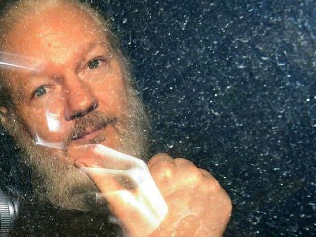 Dia Bisa Mati Dalam Tahanan: 100 Dokter Minta Julian Assange Dipulangkan ke Australia