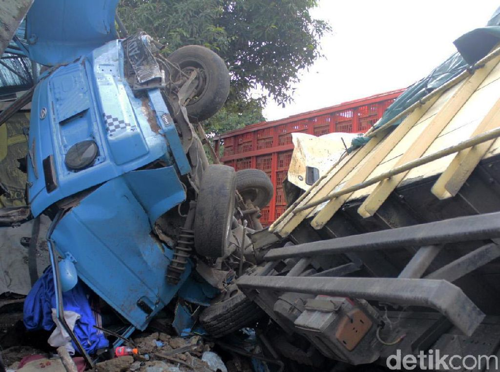 Video Tabrakan Beruntun di Bandung Barat, 4 Kendaraan Tumpang-tindih