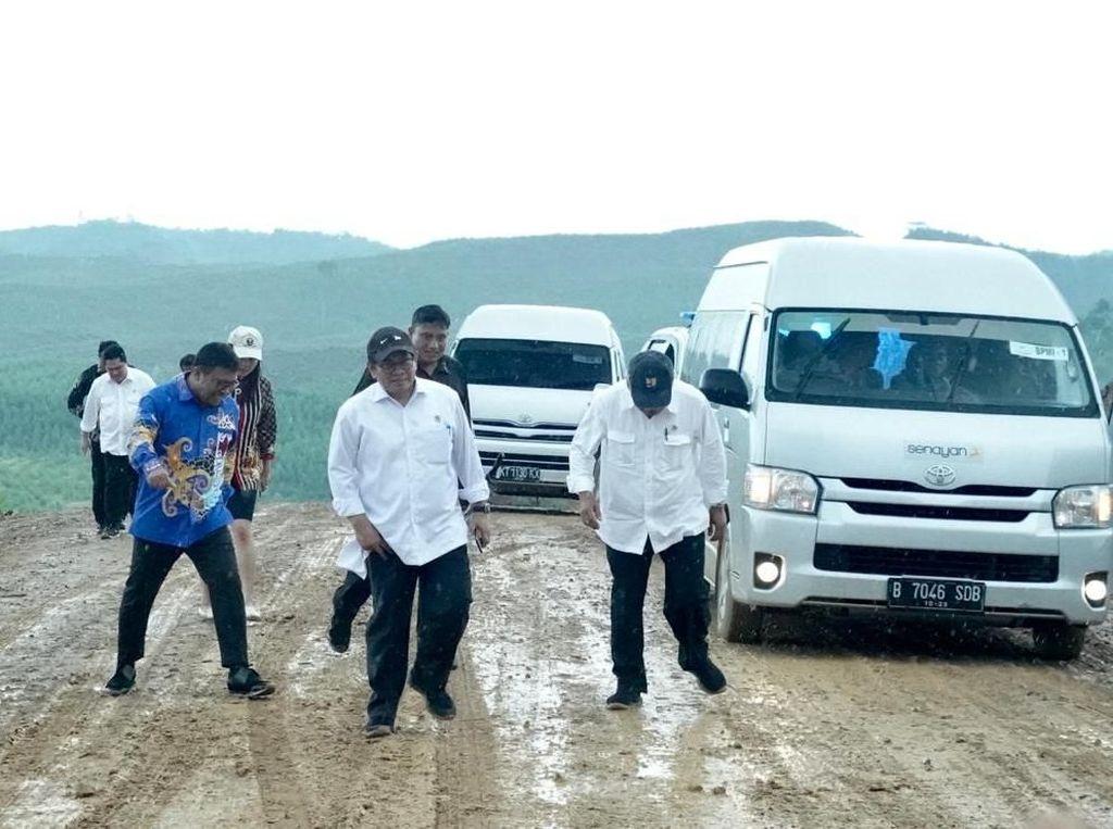 Potret Para Menteri Jokowi Jalan di Lumpur Gegara Mobil Selip