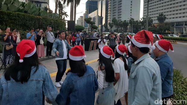 Saat Alunan Lagu-lagu Natal Mengiringi Pejalan Kaki di Trotoar Jakarta