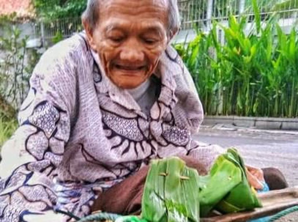 Penuh Senyum, Kakek 80 Tahun Ini Semangat Jualan Tape Ketan
