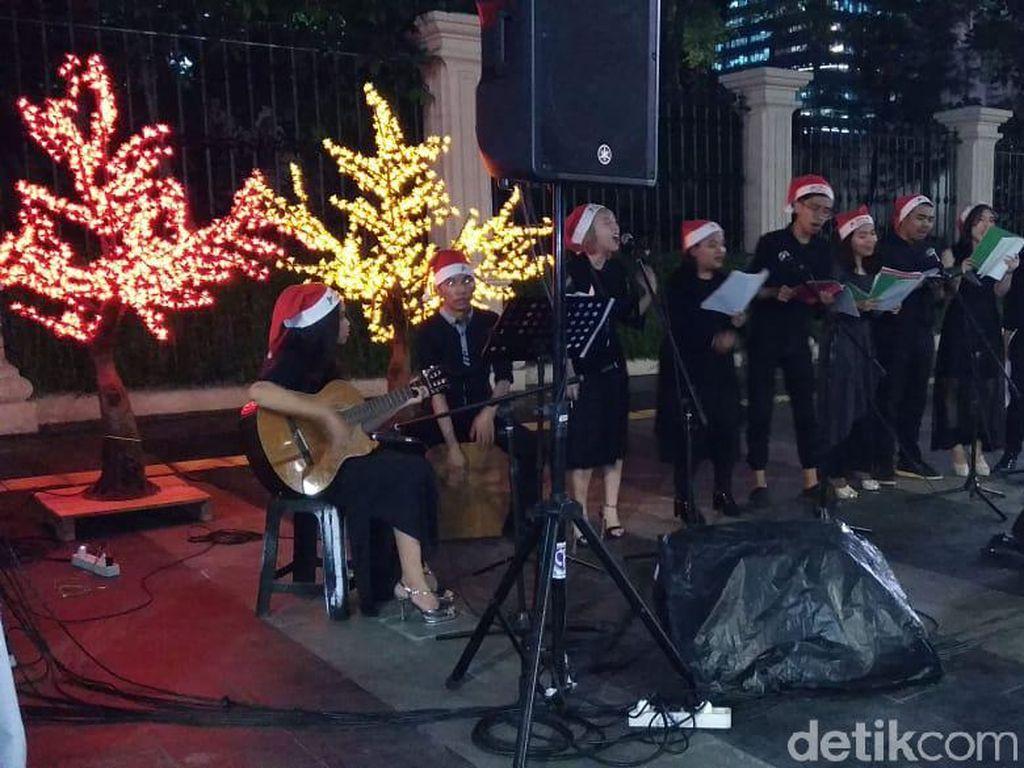 Nyala Lampu Pohon Imitasi Hiasi Lokasi Christmas Carol di Trotoar Jakarta