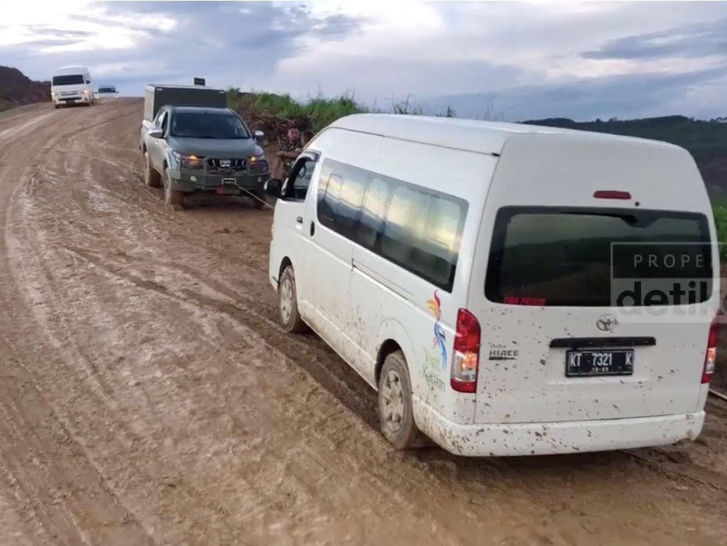 Mobil Para Menteri Jokowi Selip di Jalan Berlumpur Ibu Kota Baru
