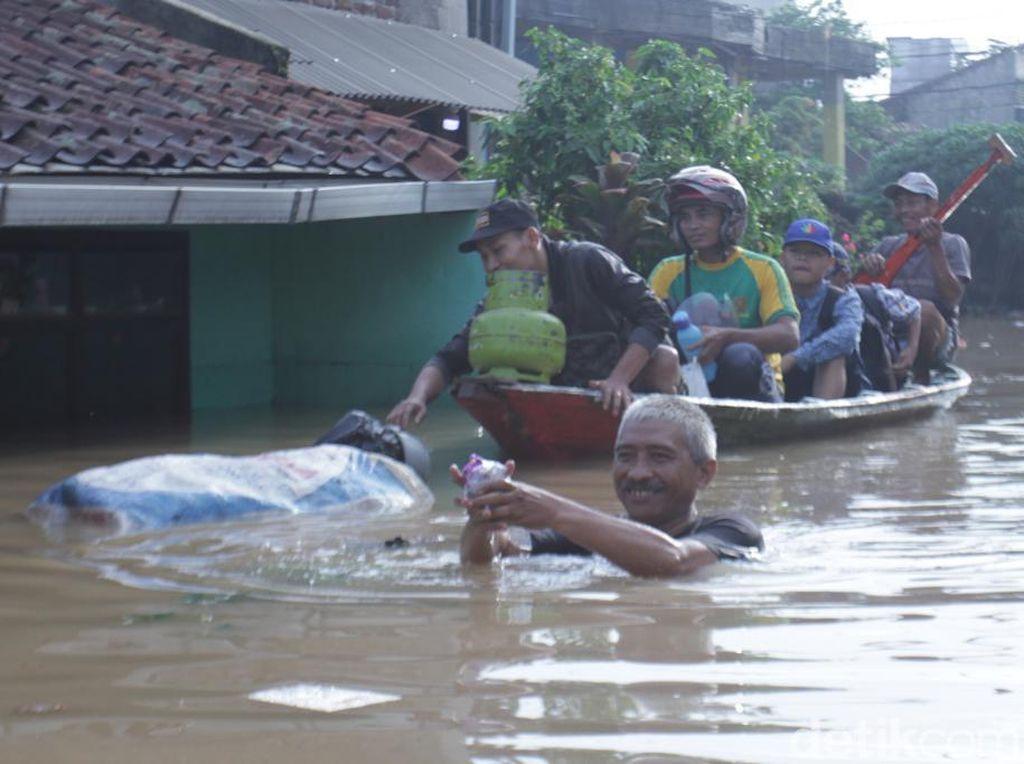 Banjir Kepung Dayeuhkolot, Warga: Air Datang Langsung Besar