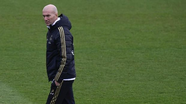 Real Madrid's French coach Zinedine Zidane attends a training session at the Real Madrid City sports facilities in Madrid on December 17, 2019, on the eve of their Spanish League football match against Barcelona FC. (Photo by JAVIER SORIANO / AFP)