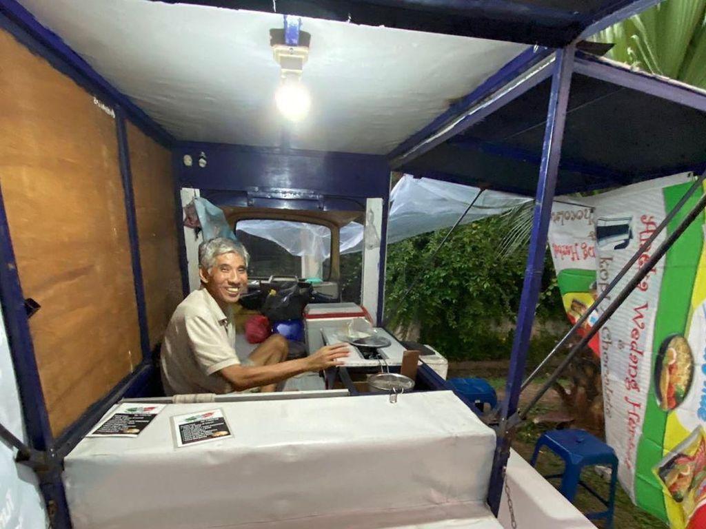 Semangat Bapak Tua Penjual Pizza Goreng di Bekasi Ini Banjir Pujian Netizen