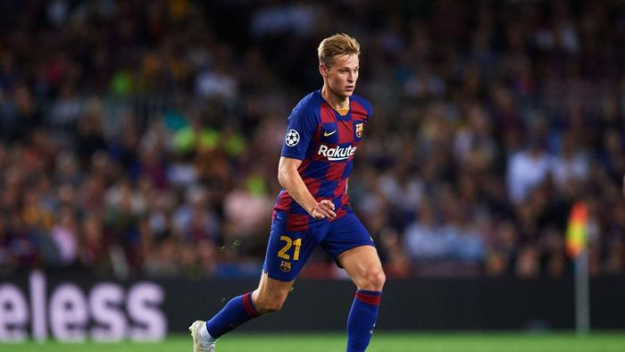BARCELONA, SPAIN - OCTOBER 02: Frenkie De Jong of FC Barcelona conducts the ball during the UEFA Champions League group F match between FC Barcelona and Inter at Camp Nou on October 02, 2019 in Barcelona, Spain. (Photo by Alex Caparros/Getty Images)