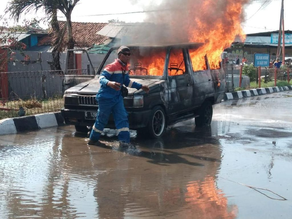Sopir Diduga Merokok Usai Isi Bensin, Minibus Terbakar di SPBU Indramayu