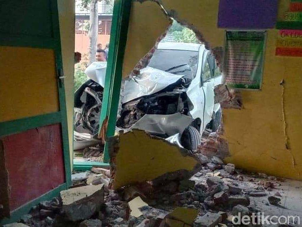 Sopir Mabuk Bikin Mobil Nyelonong Tabrak Bangunan TK di Pati
