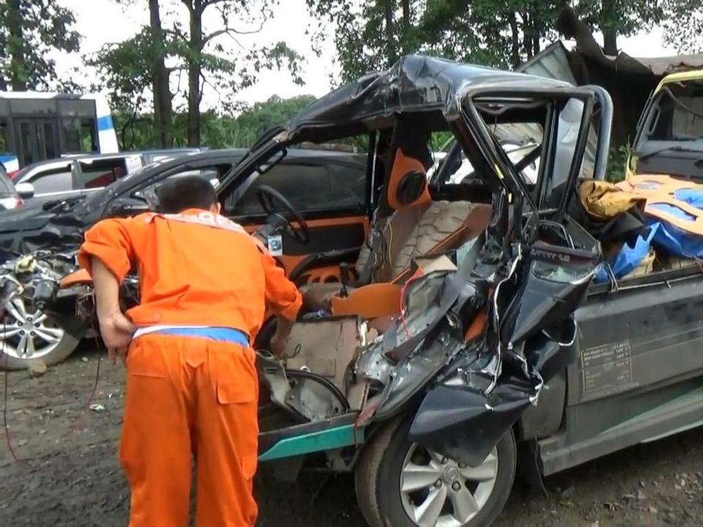 Mobil Pikap Bonyok Tabrak Truk di Tol Cipularang