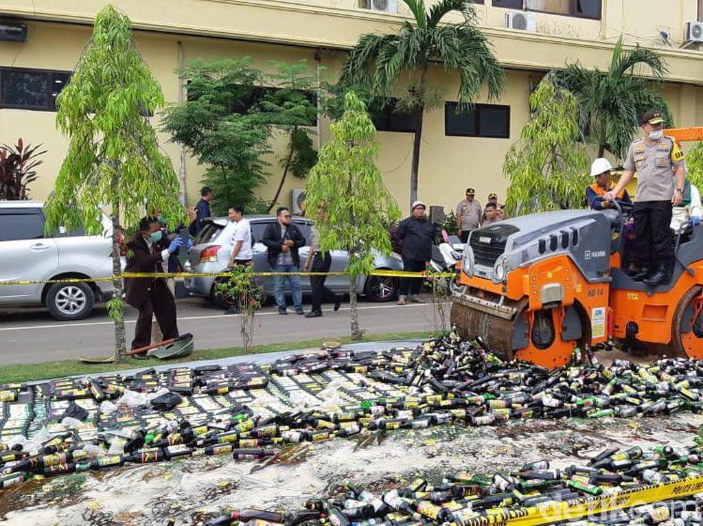 Gandeng Ulama, Polda Banten Musnahkan 33.168 Botol Miras