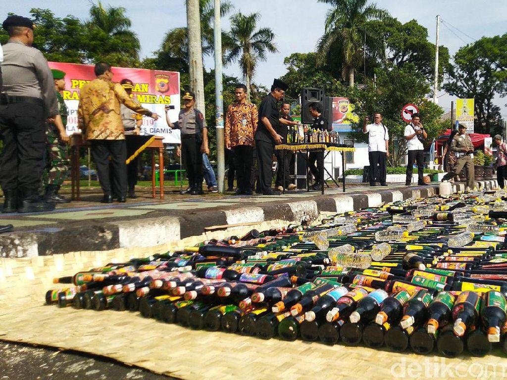Sambut Nataru, Ribuan Botol Miras Dimusnahkan Polres Ciamis dan Cimahi