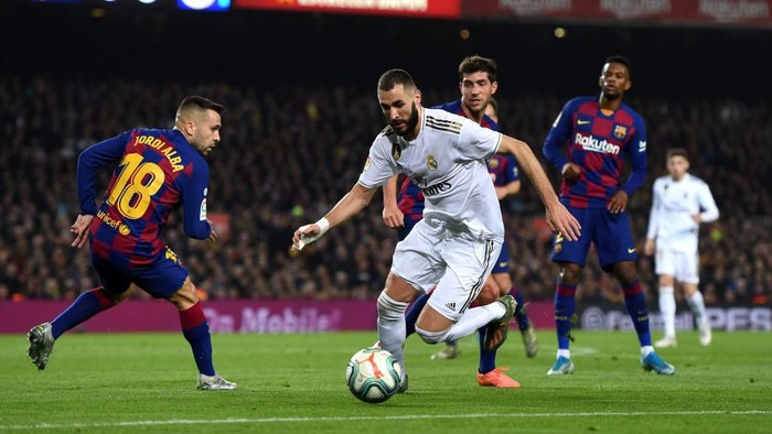 BARCELONA, SPAIN - DECEMBER 18:  Karim Benzema of Real Madrid takes on Jordi Alba of Barcelona during the Liga match between FC Barcelona and Real Madrid CF at Camp Nou on December 18, 2019 in Barcelona, Spain. (Photo by Alex Caparros/Getty Images)