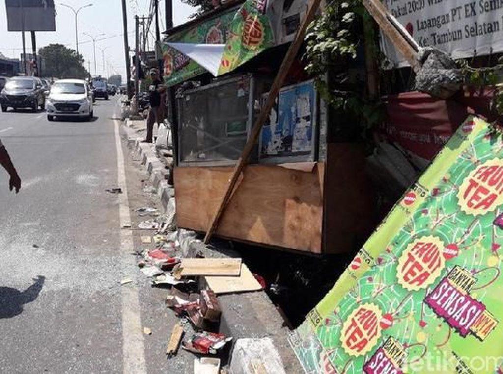 Tragis! Para Penjual Makanan Ini Tertabrak Kendaraan yang Melaju Kencang