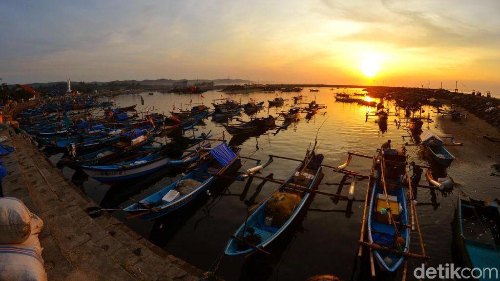 Pesona Sunrise di Pelabuhan Cikidang Pangandaran