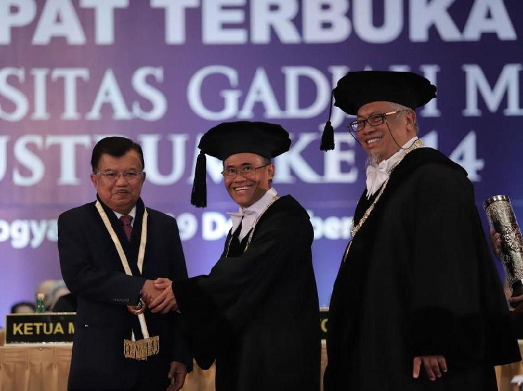 JK hingga Kepala BKKBN Terima Anugerah dari UGM