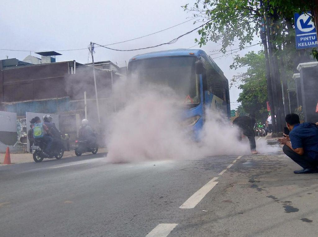 Bus TransJakarta Keluarkan Asap di Depan PN Jaksel, Penumpang Panik