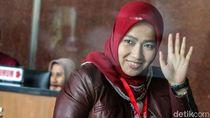 Lambaian Tangan Istri Imam Nahrawi Jelang Diperiksa KPK