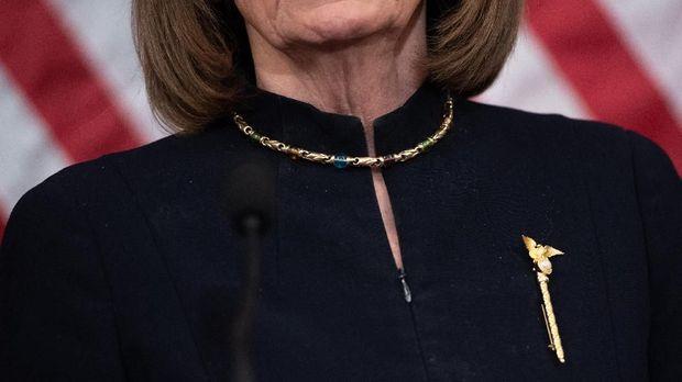 bros yang dipakai Nancy Pelosi