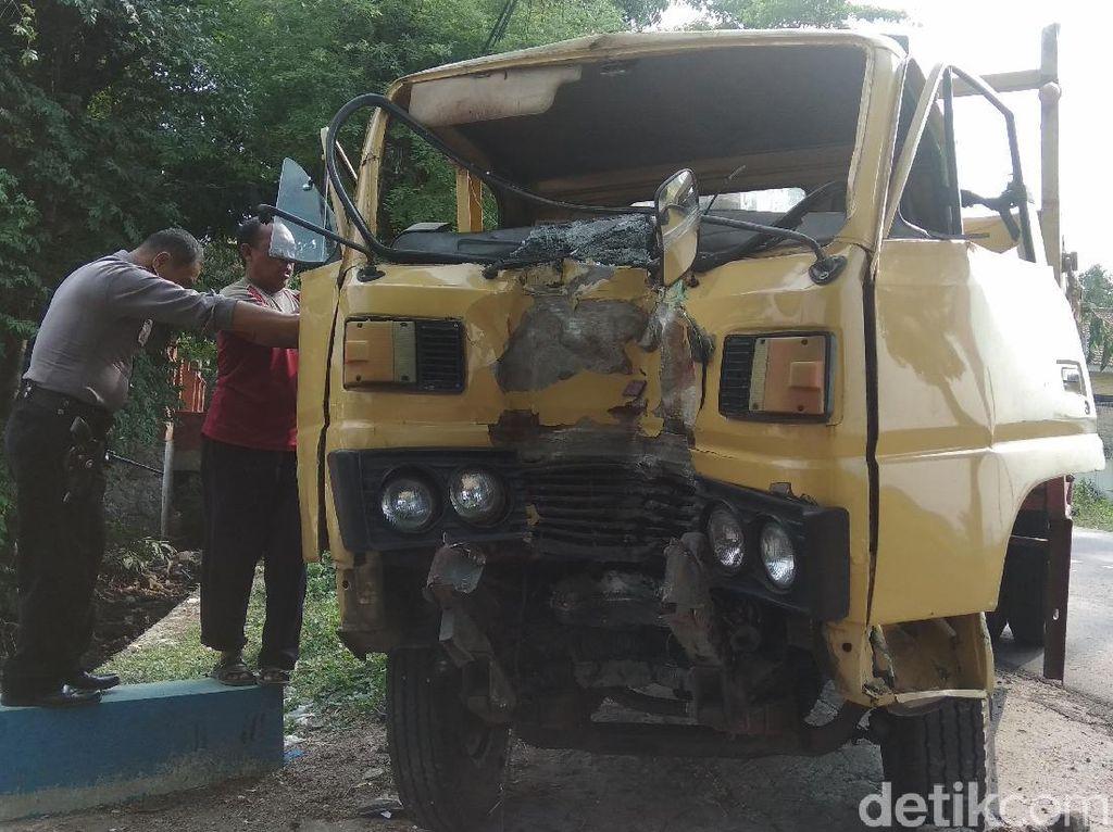 Truk Tabrak Pohon Asem di Mojokerto, Sopir dan Kenek Sempat Terjepit