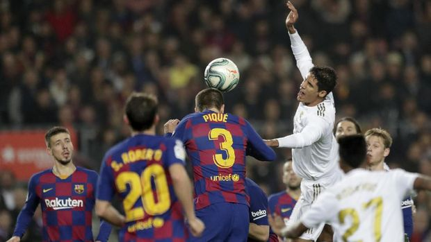 Raphael Varane dua kali dilangar pemain Barcelona di dalam kotak penalti. (
