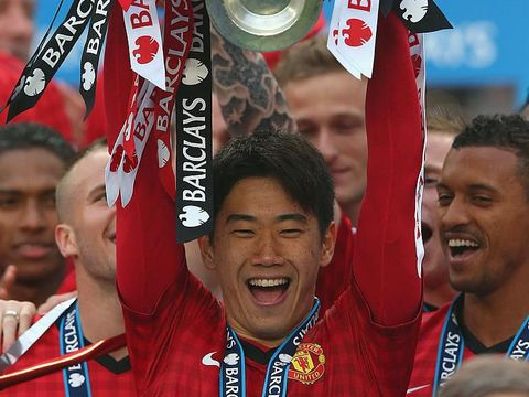 MANCHESTER, ENGLAND - MAY 12:  Shinji Kagawa of Manchester United of Manchester United lifts the Premier League trophy following the Barclays Premier League match between Manchester United and Swansea City at Old Trafford on May 12, 2013 in Manchester, England.  (Photo by Alex Livesey/Getty Images)