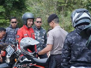 Jaket Jokowi di Perbatasan Malaysia-Indonesia Bikin Salfok Netizen