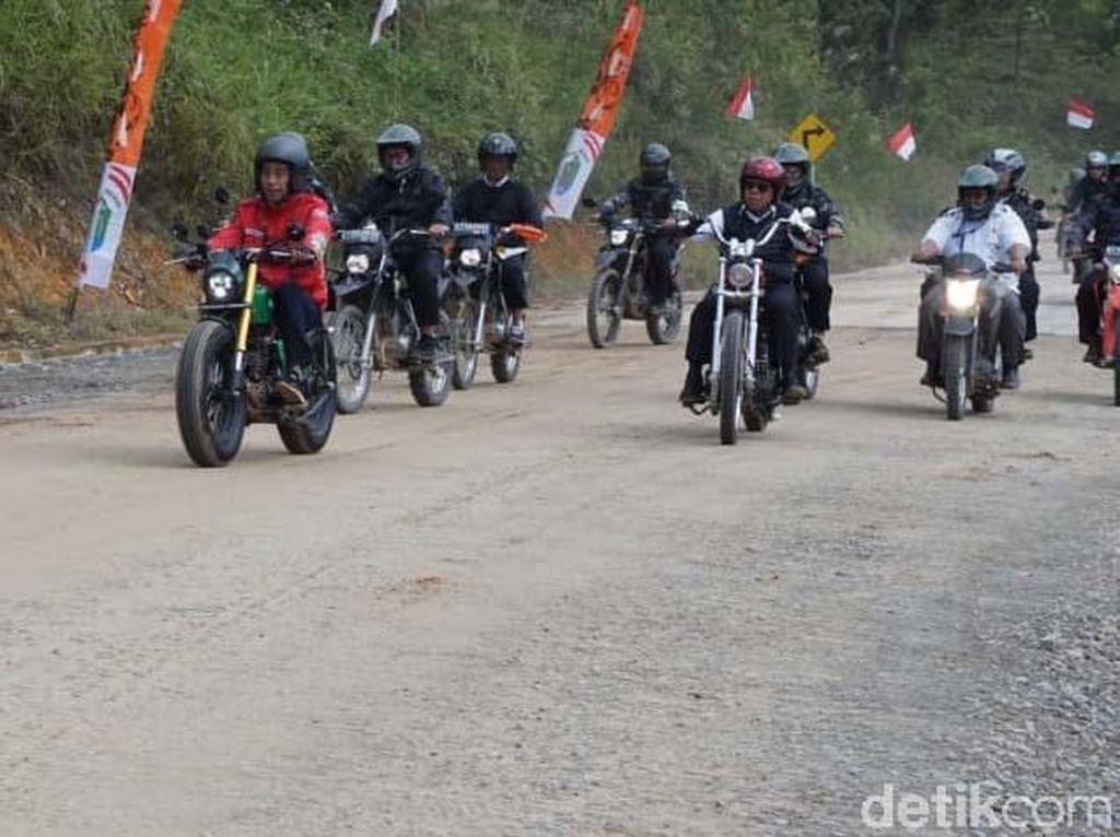 Gaya Jokowi Jajal Jalan di Perbatasan Naik Motor Custom