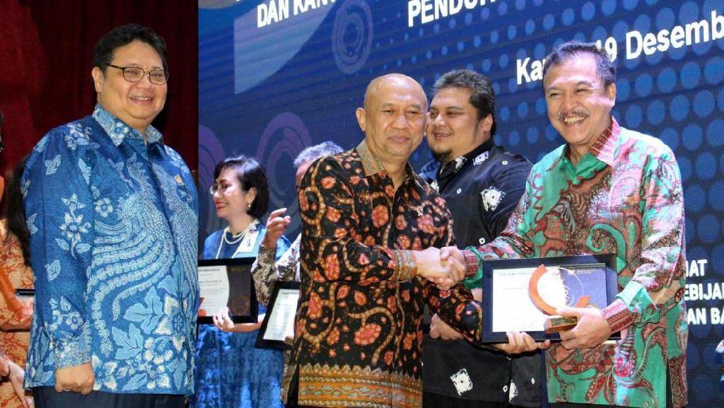Menkop UKM Beri Penghargaan untuk Penjamin KUR Terbaik 2019