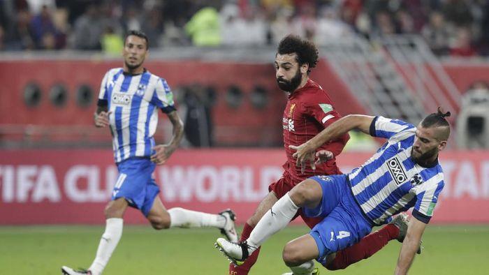 Mohamed Salah mendapat terjangan dari pemain Monterrey (Hassan Ammar/AP Photo)