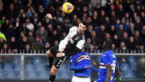 Cristiano Ronaldo cetak gol melalui lompatan spektakuler. (