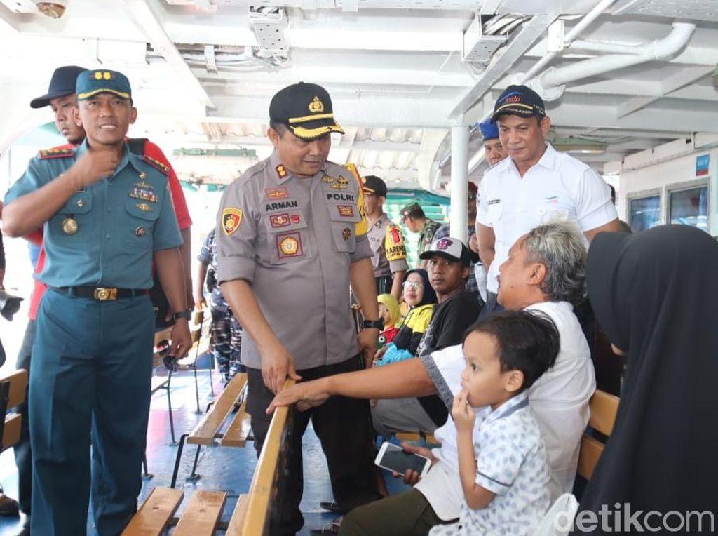 Petugas Gabungan Pengamanan Sidak Penumpang di Pelabuhan Ketapang