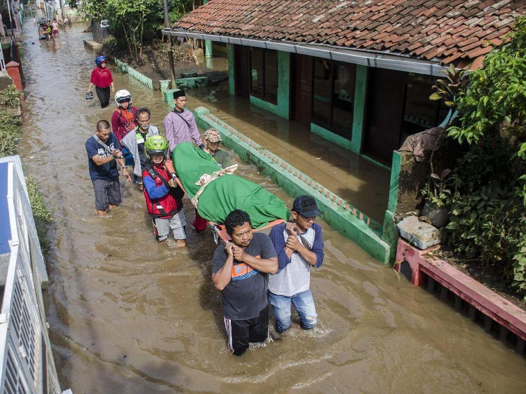 Warga Bandung Selatan Bopong Jenazah di Tengah Banjir